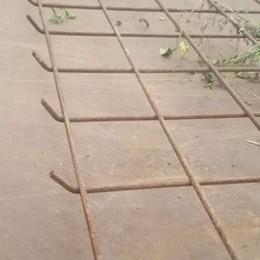 Rovello, rete metallica stesa sulla strada  Decine di auto danneggiate
