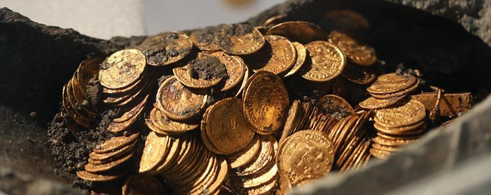 Via Diaz, tesoro infinito  Anelli e altre 400 monete