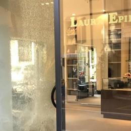 Cernobbio, spaccata notturna  nella boutique della strettoia
