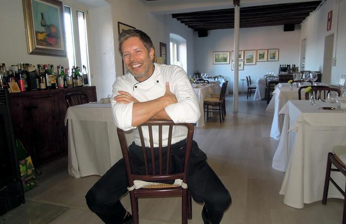 Lo chef Marco Rossi nel suo ristorante