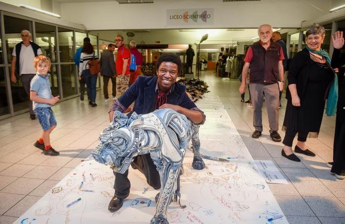 Como notte bianca del setificio per festeggiare i 150 anni della scuola, l'artista Afram con la sua installazione