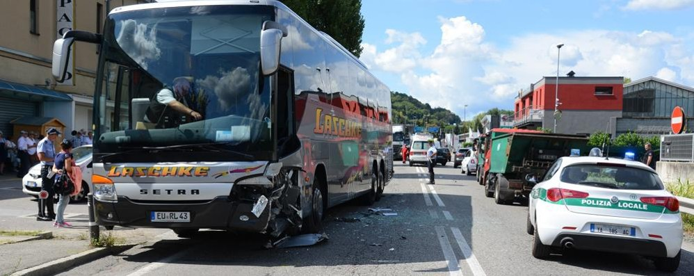 Tavernola, auto contro un bus Nessun ferito ma traffico in tilt