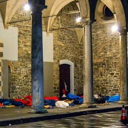 Lancio di uova contro i senzatetto  davanti a San Francesco