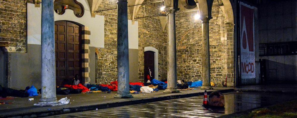 Uova contro senzatetto a San Francesco Il vicesindaco: problema non risolto
