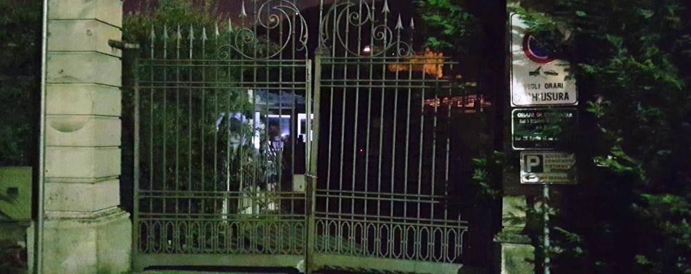 Como, Villa Olmo sempre aperta   Il Comune ora fa chiudere il cancello