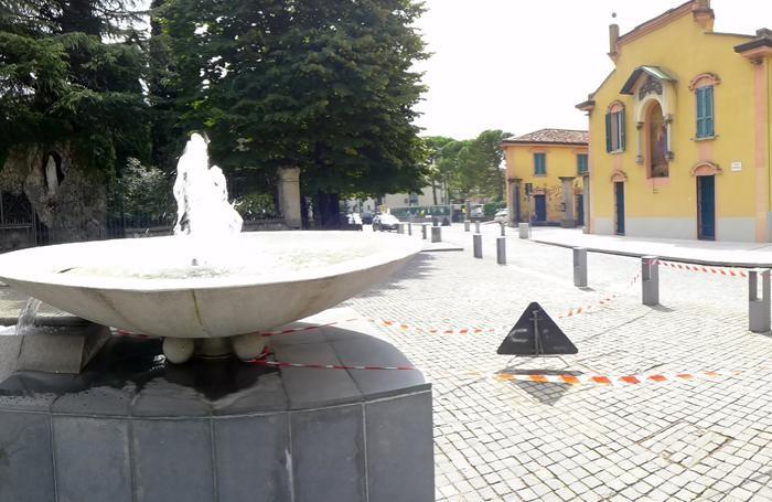 La fontana tornata in funzione dopo anni e la piazza riaperta dopo l'intervento delle ultime settimane
