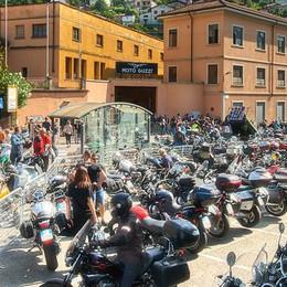 Folla al raduno Moto Guzzi  È il giorno del gran finale