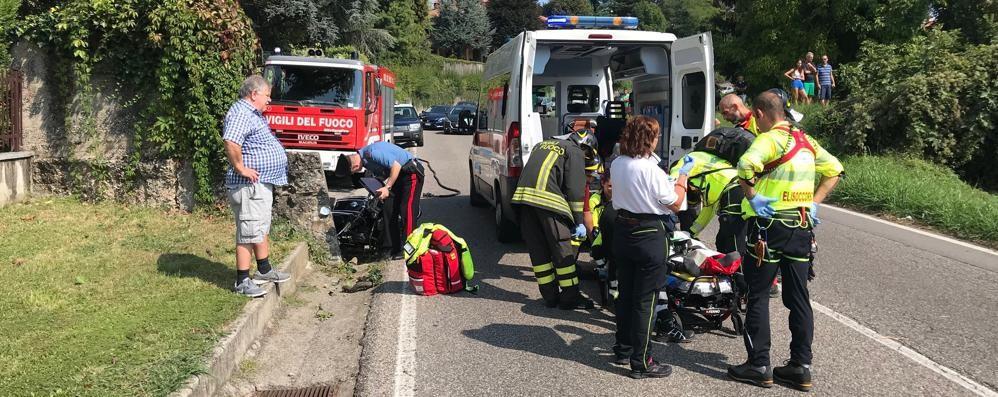 Longone, cadono in moto sulla Vallassina Un ferito soccorso con l'elicottero