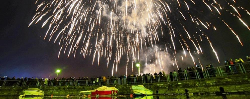 La città saluta il nuovo anno (video) Che spettacolo i fuochi sul primo bacino