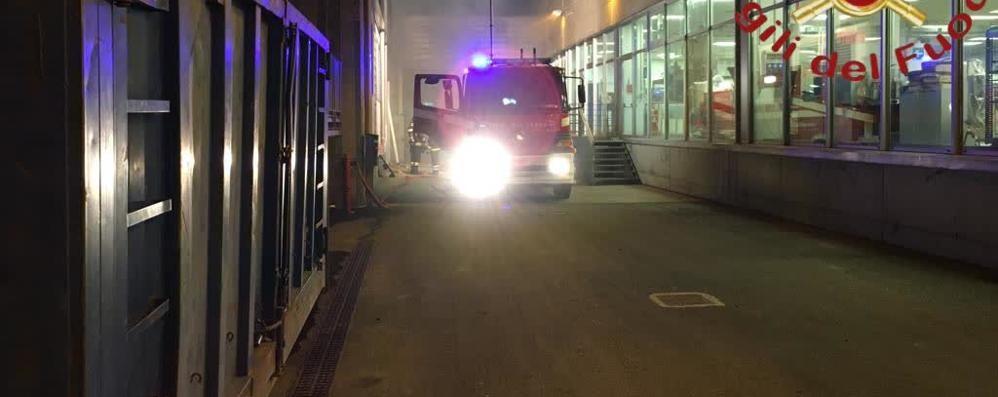 Fiamme nella notte alla Cosmint  Olgiate, tre mezzi dei pompieri