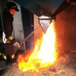 Castelmarte, silos in fiamme  Pompieri la lavoro per tre ore