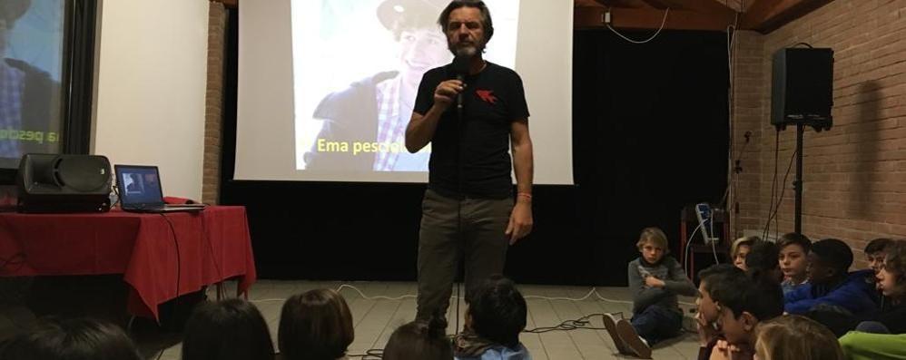 Senna, emozioni con il papà di Ema  «Ragazzi, dite tutti no alla droga»   GUARDA IL VIDEO