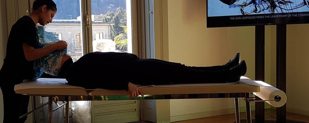 Un massaggio con i foulard di seta  Villa Bernasconi coccola i visitatori
