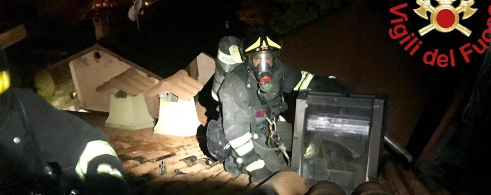 Cucciago: brucia un tetto Arrivano i vigili del fuoco