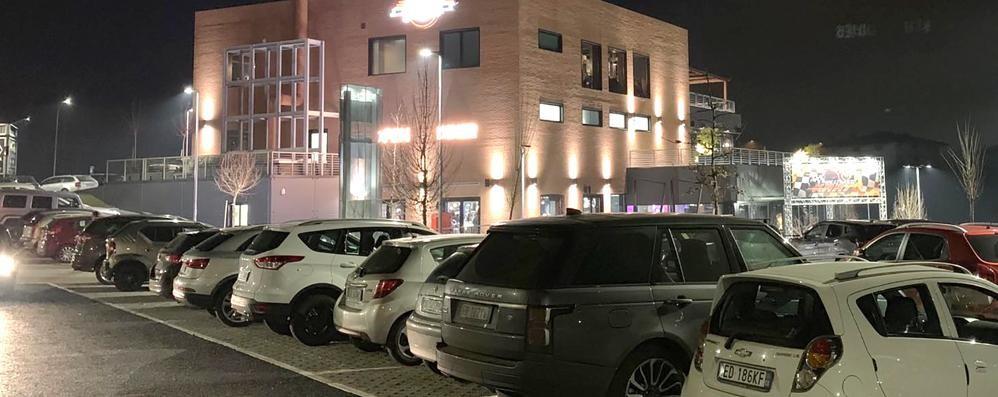 Erba, troppi clienti, caos per i parcheggi  «Ma ci sono altri posti a 400 metri»