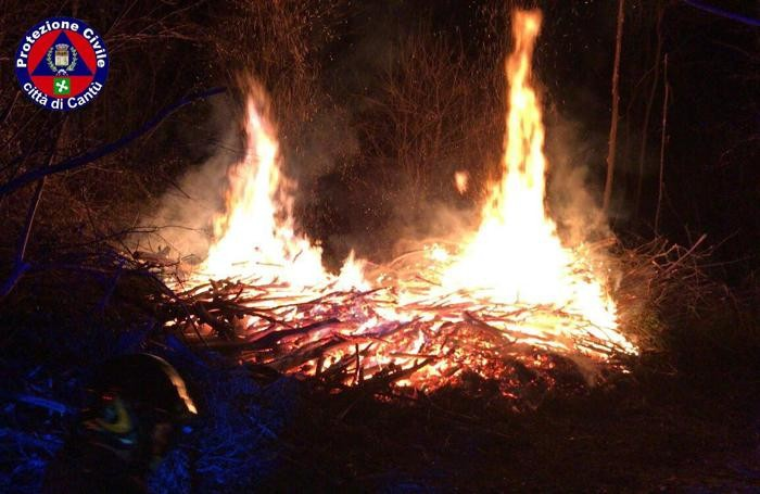 La catasta in fiamme nel bosco