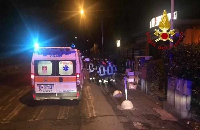 L'ambulanza della Croce Azzurra di Como e i vigili del fuoco impegnati nei soccorsi