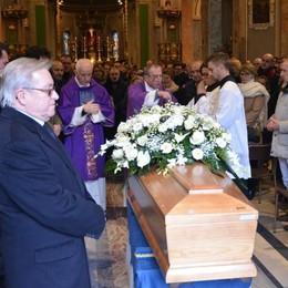 Mille ai funerali del tassista di Carugo  La commozione dei colleghi