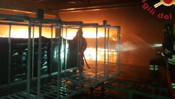 Novedrate, vasto incendio  in azienda che lavora il legno