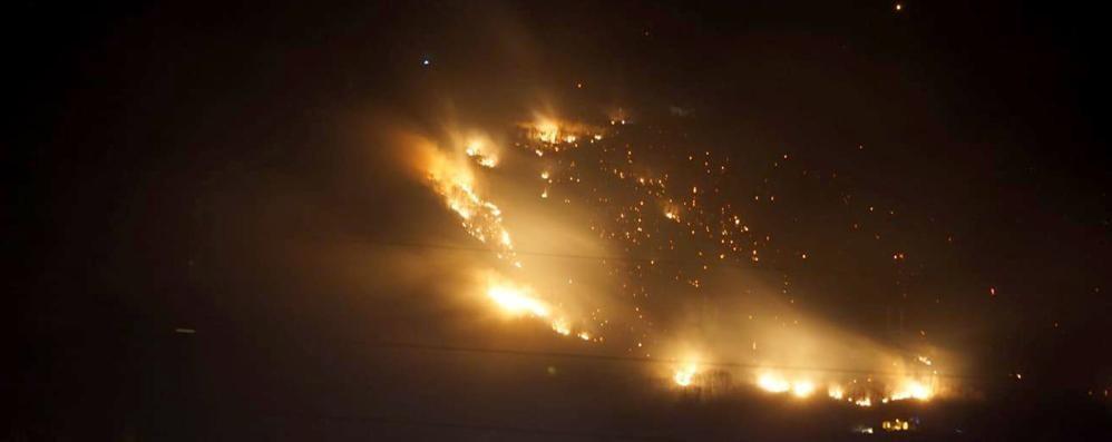 Sorico, l'incendio partito da un barbecue  Due denunciati dai carabinieri forestali