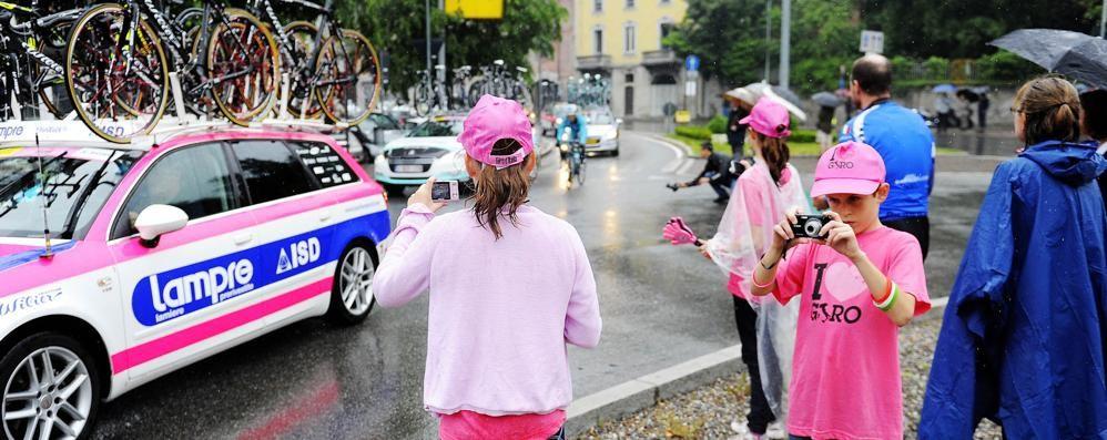 Il Giro tinge di rosa i monumenti   Dal Tempio Voltiano a Camerlata