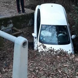 Vola con l'auto nel torrente  Cassina, paura per un giovane