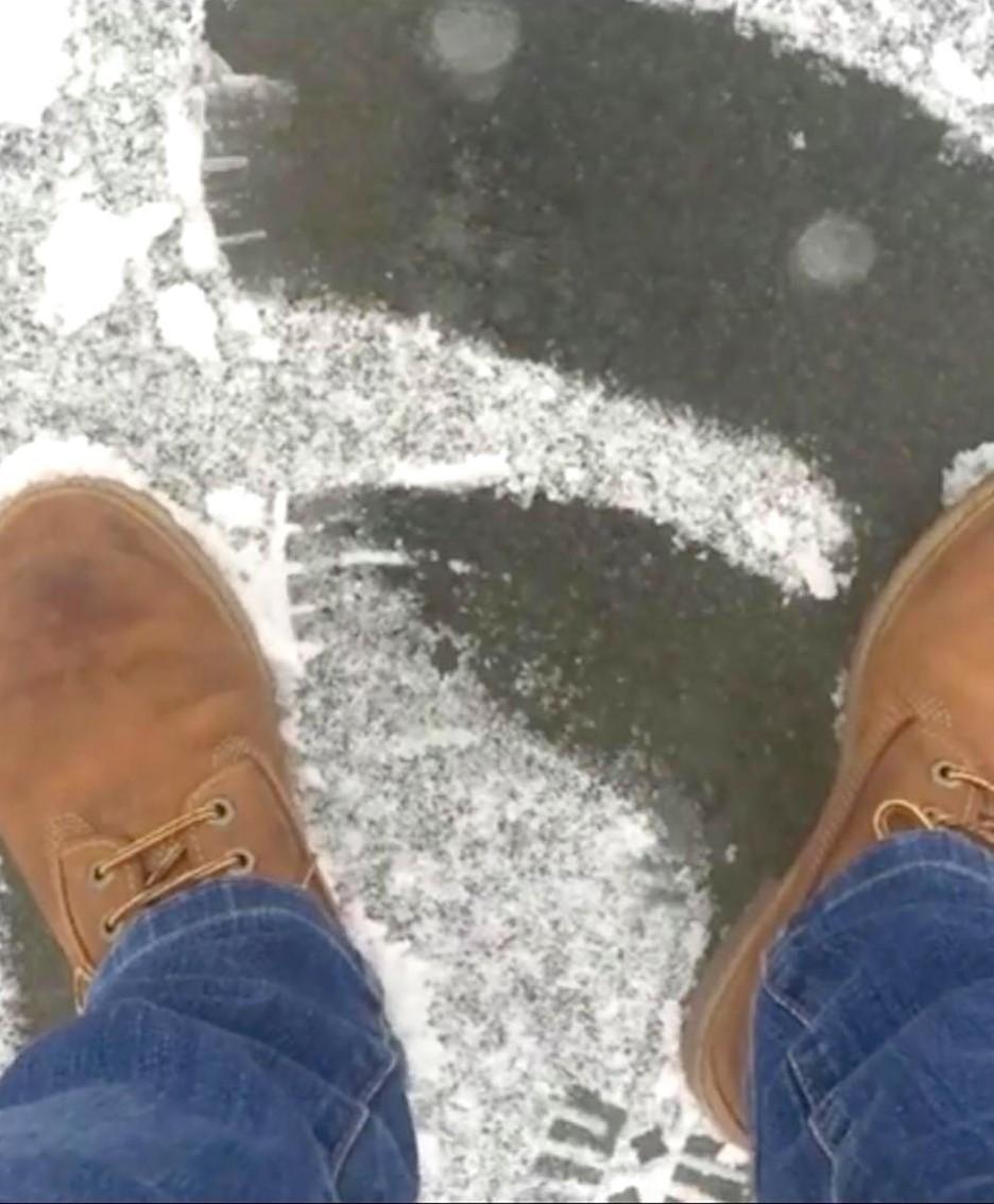 Konrad mostra il ghiaccio sul quale cammina
