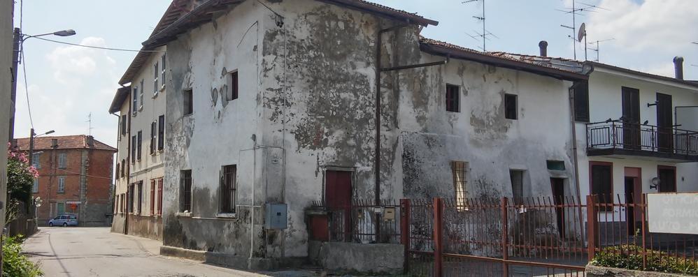 Olgiate, due case da abbattere  Ma la burocrazia blocca le ruspe