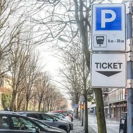Sosta, dopo sei giorni (forse) decidono  Via il divieto di parcheggiare due volte
