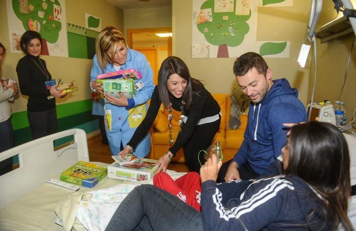 San Fermo della Battaglia ospedale Sant'Anna le maestre dell'asilo di appiano gentile donano giocattoli ad abio per i bambini del reparto pediatria