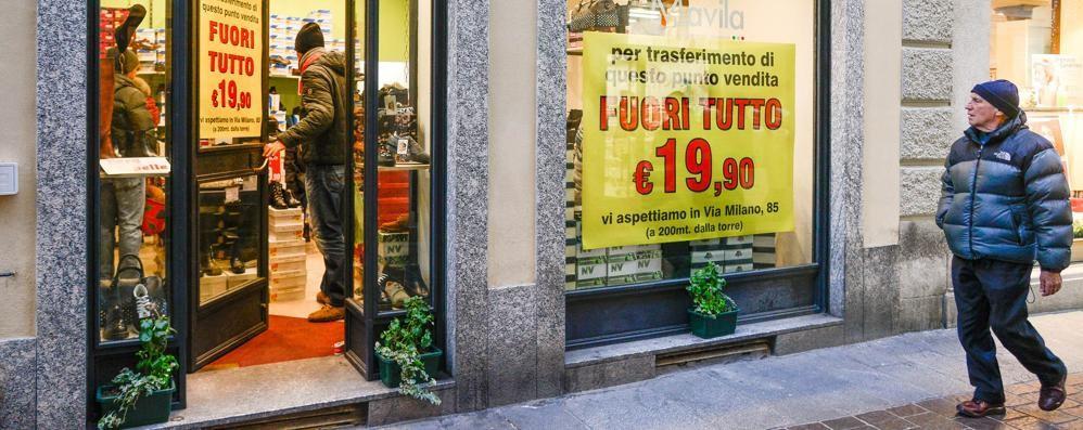 Piccoli negozi in fuga dal centro  «I grandi marchi li strangolano»