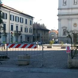 Basta auto davanti alla chiesa  Ma gli olgiatesi si dividono