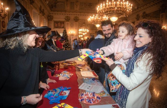 La distribuzione dei doni in Sala Bianca, al Sociale