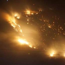 Torna il vento, rimane l'incubo incendi  Elicotteri e volontari a difesa di Albonico
