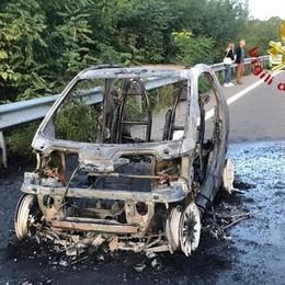 Auto prende fuoco mente viaggia  Un'altra finisce fuoristrada