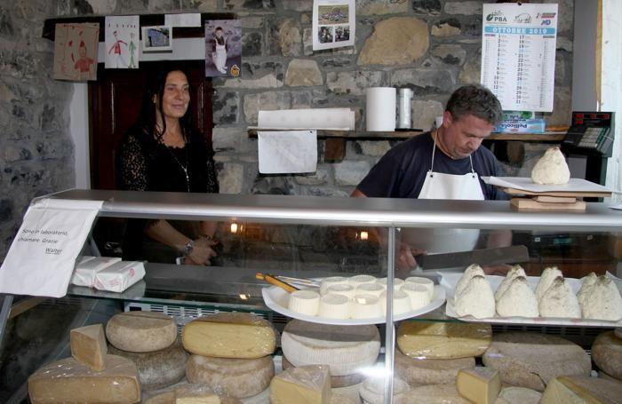 Lara Magoni in visita alla latteria di Cerano