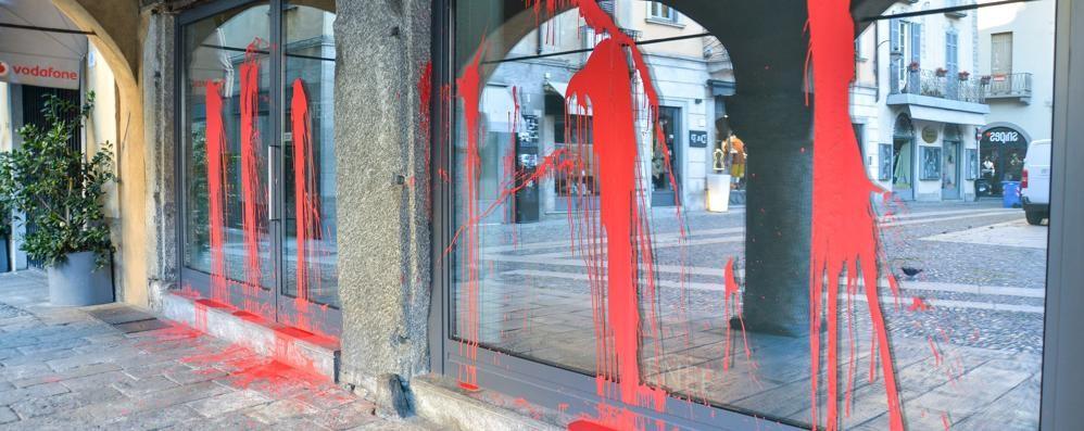 Blitz nella notte contro il negozio di pellicce Vetrine imbrattate con la vernice rossa