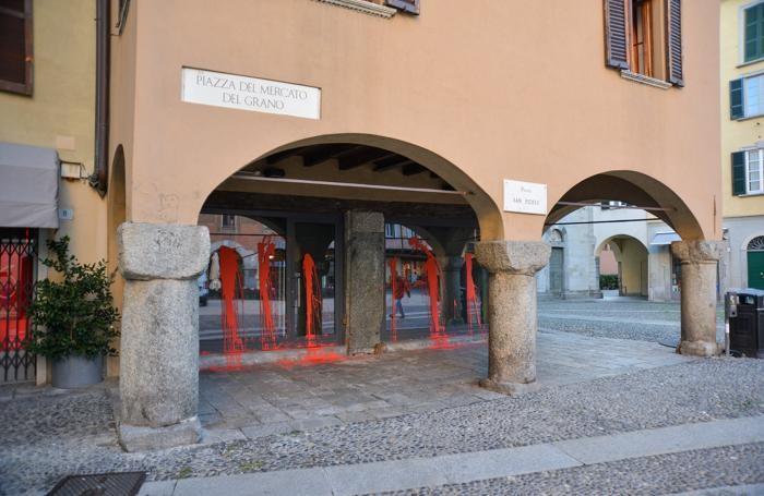 Como Piazza San Fedele Renee Pallicce nella notte vandalizzate le vetrine del negozio con della vernice rossa