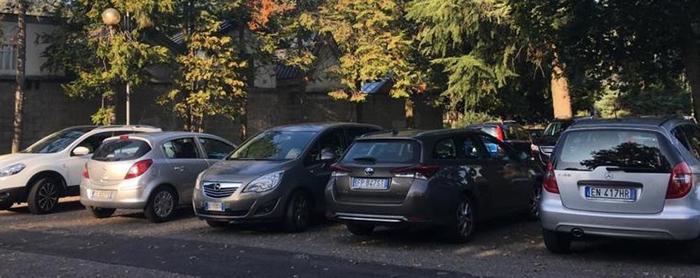 Capiago, lascia l'auto al cimitero   Trova il finestrino rotto dal ladro