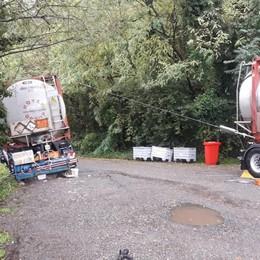 Cede la strada, cisterna bloccata  Cassina, la svuotano per liberarla