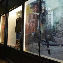 Como, lite tra ragazzi in centro  Giù la vetrina di un negozio