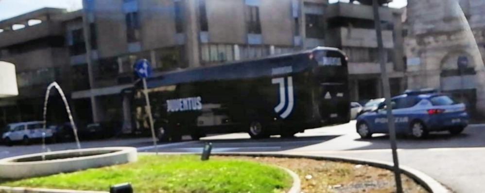Como, passa il pullman della Juve  Ma Ronaldo e Dybala non ci sono