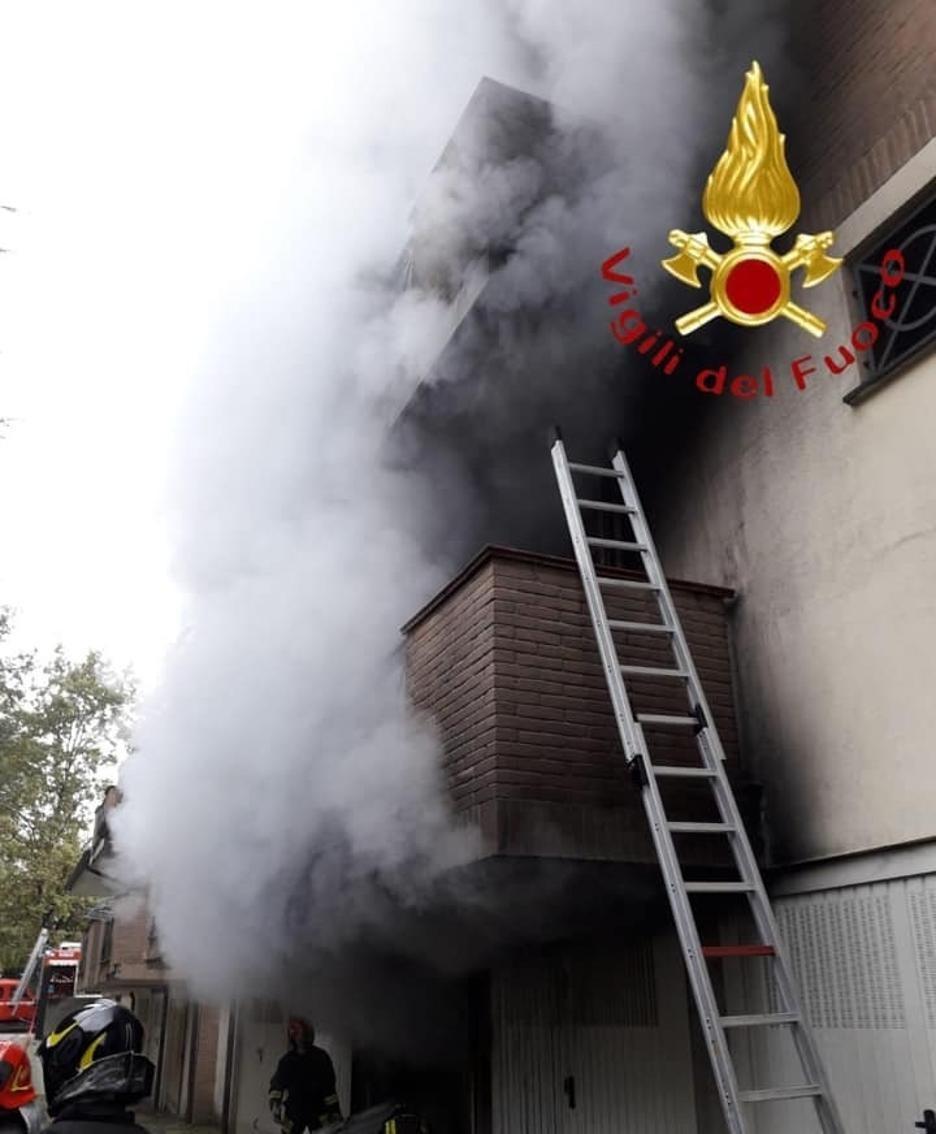 Il fumo che dal garage si è esteso alla palazzina