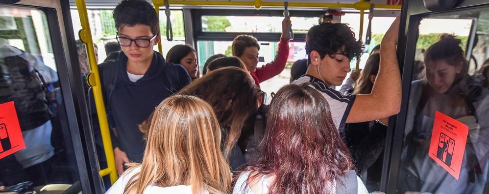 «Pochi bus, perdiamo iscritti»  Ora protesta anche la preside