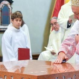 San Giorgio accoglie monsignor Cantoni  Il vescovo consacra il nuovo altare