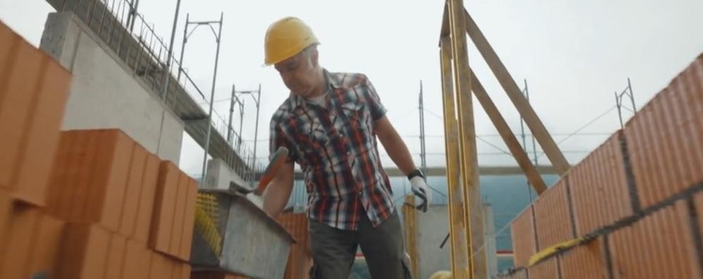 Trovata della tv svizzera:  Van De Sfroos muratore