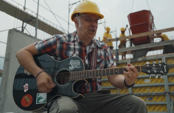 Davide Van De Sfroos muratore per un giorno