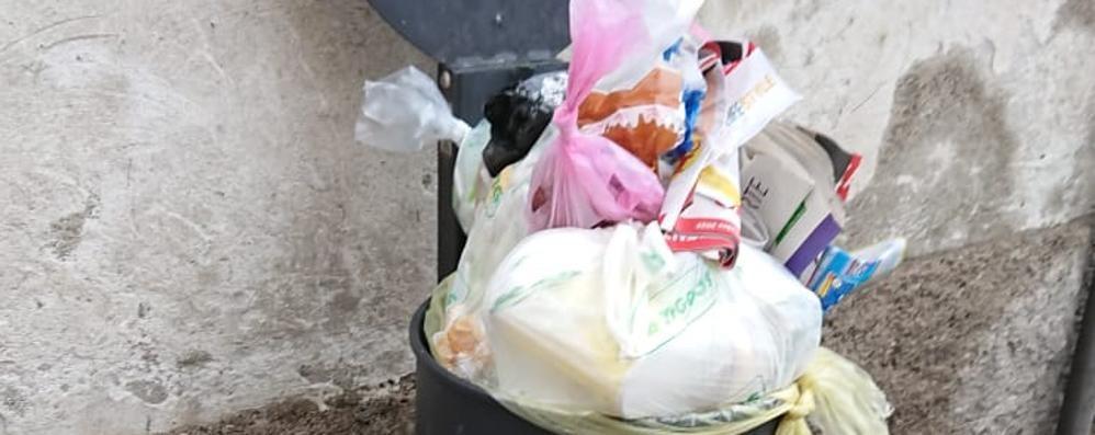 «Cestini stracolmi e degrado ovunque»  Scontro aperto sui rifiuti a Lomazzo