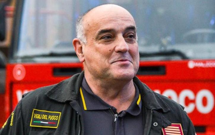 """Coro di sirene per la pensione  Pompieri, il saluto  al """"capo"""" (video)"""