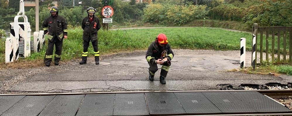 Erba, cede l'asfalto vicino ai binari  Sopralluogo di pompieri e Ferrovienord